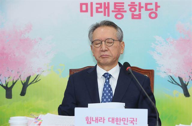 김형오 미래통합당 공천관리위원장이 5일 국회에서 공천심사 결과를 발표하기 전 잠시 생각에 잠겨 있다.  연합뉴스