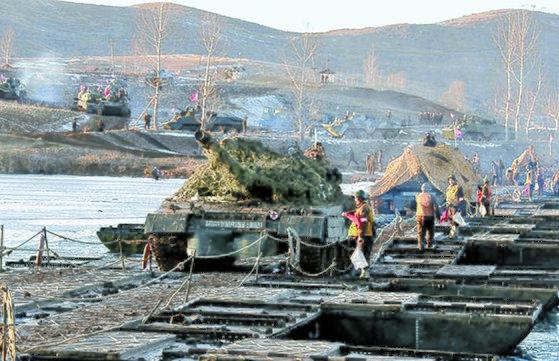 올해 1월 북한군 겨울철 훈련에서 근위서울 류경수 제105 땅크 사단의 탱크가 도하훈련을 하고 있다. [사진 조선중앙통신]