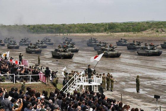 2013년 일본 육상자위대 북부방면대 제7사단이 부대 창설 58주년을 맞아 분열하고 있다. [사진 위키피디아]