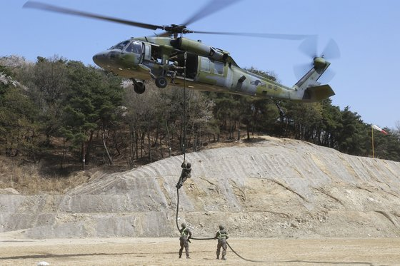 육군 7군단 소속 보병이 UH-60 헬기에서 레펠로 내리고 있다. [사진 육군]