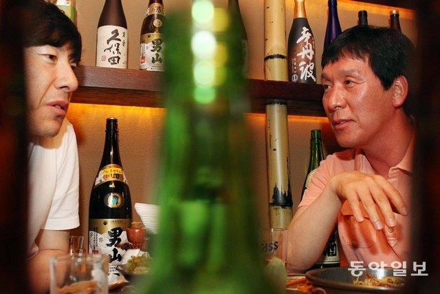 신영철 당시 대한항공 감독이 2010~2011 시즌 챔프전에서 패한 뒤 고향 후배 신태용 당시 프로축구 성남 일화 감독과 함께 위로주를 마시고 있는 모습. 사진 기자가 찍은 기사용 사진입니다. 동아일보DB