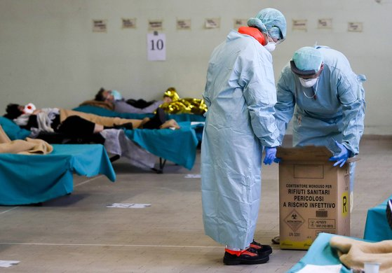이탈리아 북부 한 도시의 병원에서 환자들이 캠핑용 침대에 누워있다. AP=연합뉴스