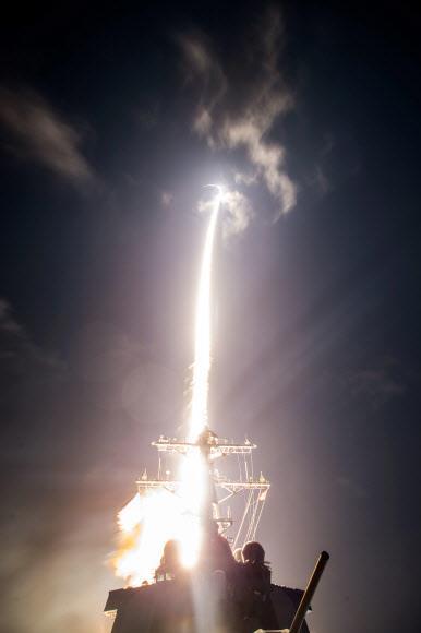 미국과 일본이 2017년 하와이 먼바다에서 'SM3 블록 2A' 미사일 발사를 실험하는 모습. 미 이지스함 존 폴 존스에서 발사해 상공에서 이동하는 탄도미사일을 요격하는 데 성공했다.AFP 연합뉴스