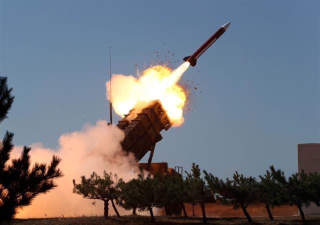 충남 보령 공군 대공사격장에서 패트리엇 미사일이 발사되고 있는 모습. 탄도미사일 방어체계의 기본으로 우리 군은 2016년 최신 체계인 'PAC3' 도입을 결정했다. 연합뉴스