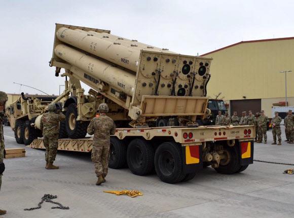 주한미군 장병들이 평택 미군기지에서 '비활성화탄'을 사드 발사대에 장착하는 훈련을 하고 있다.연합뉴스