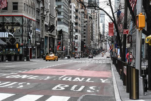 15일(현지시간) 미국 뉴욕주 뉴욕시 맨해튼 미드타운 5번가에서는 사람의 모습을 찾아보기 어려웠다./사진=AFP 연합뉴스