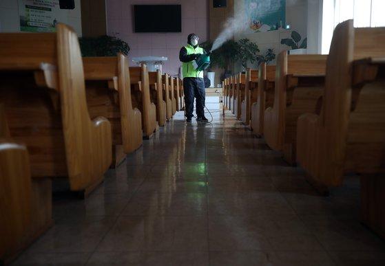 18일 오후 서울 송파구의 한 교회에서 방역 관계자들이 신종 코로나 바이러스 감염증(코로나19) 관련 방역 작업을 하고 있다. 연합뉴스.