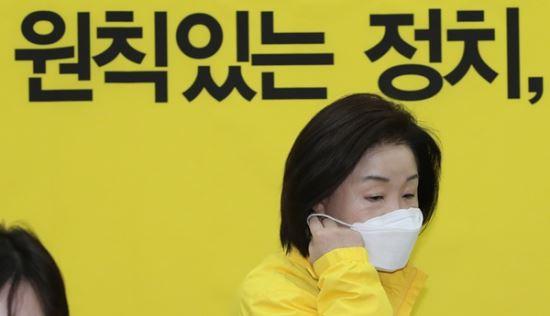 정의당 심상정 대표가 지난 19일 서울 여의도 국회에서 열린 선대위회의에 참석하고 있다. 연합뉴스
