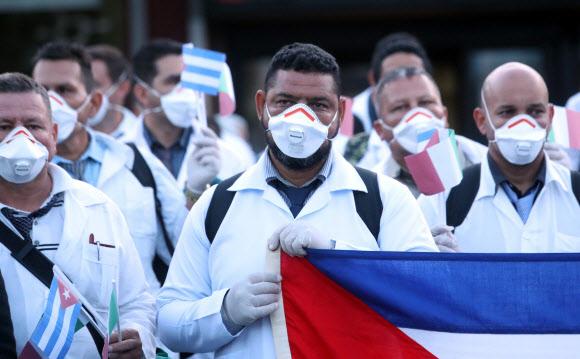 쿠바 의사들이 22일 이탈리아를 돕기 위해 밀라노 공항에 내리고 있다. 연합뉴스.