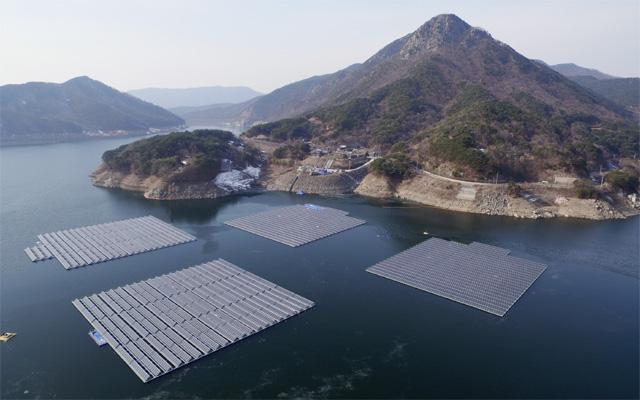 충남 보령시 보령댐에 설치된 수상 태양광 전경. 2016년 구축 이후 연간 2MW의 에너지를 생산하고 있다. 한국수자원공사는 물 환경을 보호하기 위해 수상 태양광 설치 직후부터 지금까지 생태 모니터링을 실시하고 있다. 한국수자원공사 제공
