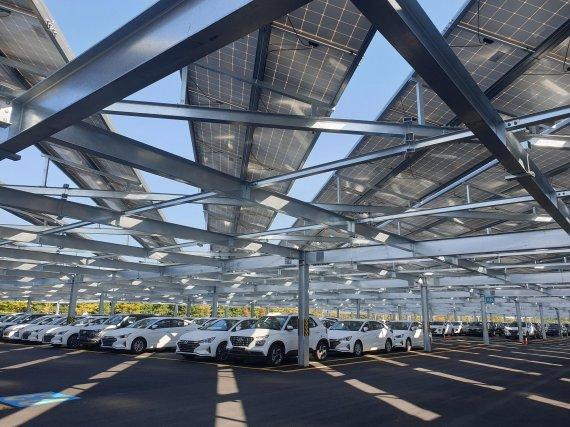한국수력원자력이 현대차 울산공장 수출 야적장에 설치한 6MW급 태양광발전 모습. 한수원 제공