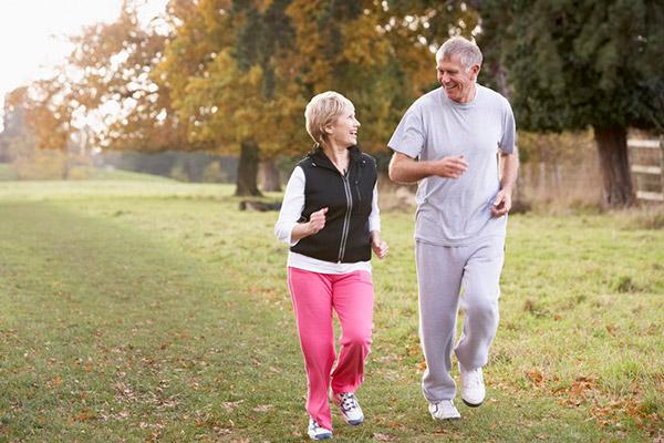 많이 걸을수록 사망 위험이 낮아진다는 연구 결과가 나왔다./사진=클립아트코리아