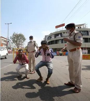 인도 경찰이 외출 금지를 어긴 주민들에게 스쿼트 등 운동 벌칙을 시키고 있다. |가디언 유튜브 갈무리