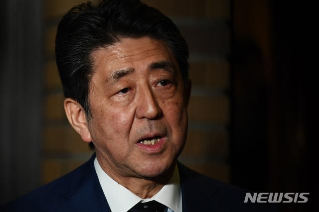 [도쿄=AP/뉴시스]아베 신조 일본 총리가 지난 24일 총리 관저 앞에서 기자들에게 발언하고 있다. 2020.03.25.
