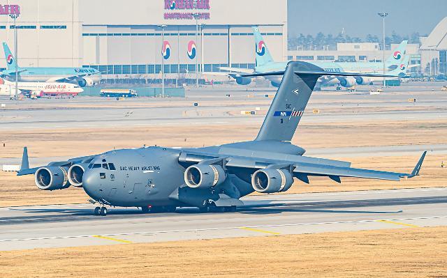 인천공항에 착륙한 C17 수송기 - 나토 소속 C17 군용기가 25일 오전 루마니아에 방호복을 실어 나르기 위해 인천공항에 착륙해 있다.연합뉴스
