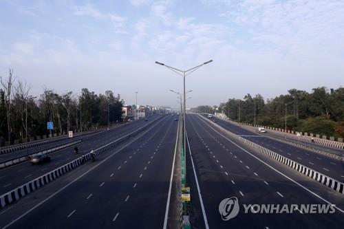 봉쇄령으로 인해 텅 빈 뉴델리의 도로. [로이터=연합뉴스]