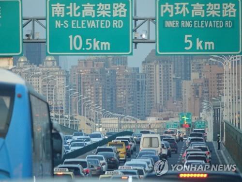 차량으로 가득한 상하이의 도로 (상하이=연합뉴스) 차대운 특파원 = 지난 21일(현지시간) 중국 상하이 옌안(延安)고가도로 양방향에 차량이 가득 차 있다.      상하이의 주요 도로는 코로나19로 그간 한산했지만 최근 다시 주말과 출근 시간대에 교통 체증 현상이 나타나고 있다. 2020.3.23      cha@yna.co.kr  (끝)