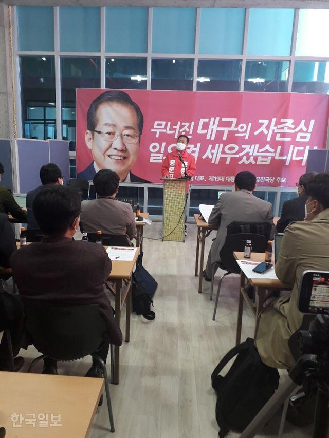 [저작권 한국일보]홍준표 무소속 예비후보가 24일 선거사무실에서 대구발전을 위한 5대 공약을 발표하고 있다. 김정모 기자 gjm@hankookilbo.com
