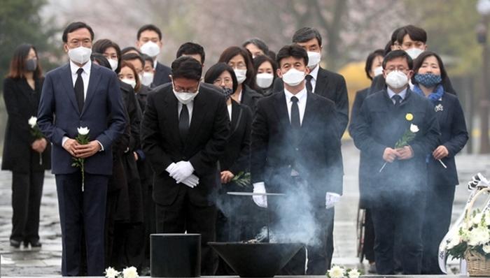 민주·시민당, 봉하마을서 '한 몸' 인증.. 열린, '효자' 자청