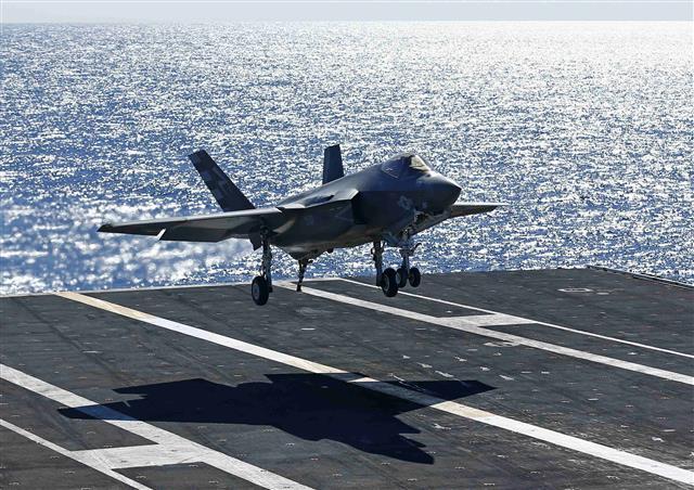 스텔스 전투기인 F35C가 항공모함 니미츠함에 착륙하고 있다. F35C는 F35의 함재기 모델이다. 우리 해군도 수직이착륙이 가능한 F35B 등을 탑재할 수 있는 경항공모함 도입을 준비 중이다.로이터 연합뉴스