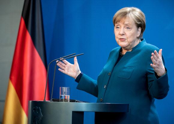 코로나19 기자회견 하는 독일 총리 - 앙겔라 메르켈 독일 총리가 22일(현지시간) 베를린 총리관저에서 신종 코로나바이러스 감염증(코로나19) 확산과 관련해 기자회견을 하고 있다. 2020.3.23 로이터 연합뉴스