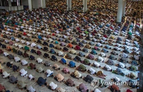 27일 수라바야 모스크에서 열린 금요 합동 예배 [AFP=연합뉴스]