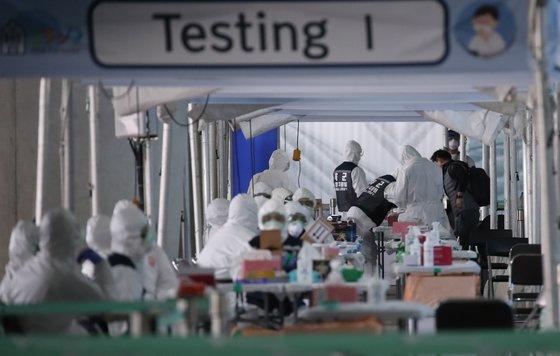 29일 오후 인천국제공항 2터미널에 마련된 선별진료소에서 유럽발 항공편 입국자가 신종 코로나 바이러스 감염증(코로나19) 검사를 받고 있다.  [연합뉴스]
