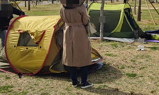 지난 28일 오후 서울 영등포구 여의도 한강공원에서 연인으로 보이는 사람이 텐트를 설치 하고 있다.