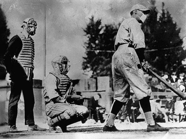 ▲ 1919년 미국에서도 마스크를 쓰고 야구경기를 한 기록이 있다.