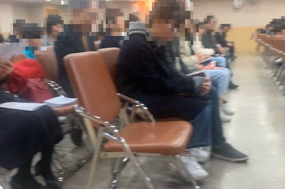 26일 오후 대구 동구 한 상가건물에 위치한 기도원에서 '목요 기도회'가 진행되고 있다. 기도회에 참석한 500여명은 모두 마스크를 끼고 있지 않았다. 김정석기자