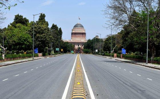 25일 국가봉쇄령이 내려 인도 뉴델리 시내의 도로가 텅 비어있다. [신화=연합뉴스]