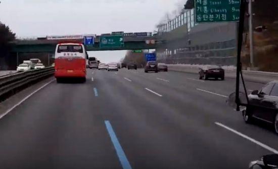거리는 시간으로 표현할 때 더 쉽게 이해됩니다. 경부고속도로를 주행 중인 차량들. [사진=유튜브 화면캡처]