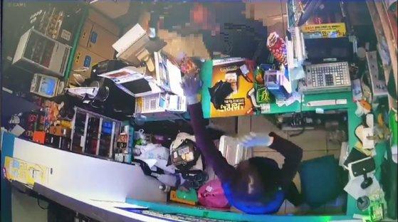 60대 후반의 남성 A씨가 편의점에서 근무 중이던 김모(50·여)씨를 소주병으로 위협하는 모습. 편의점 CCTV영상 캡쳐