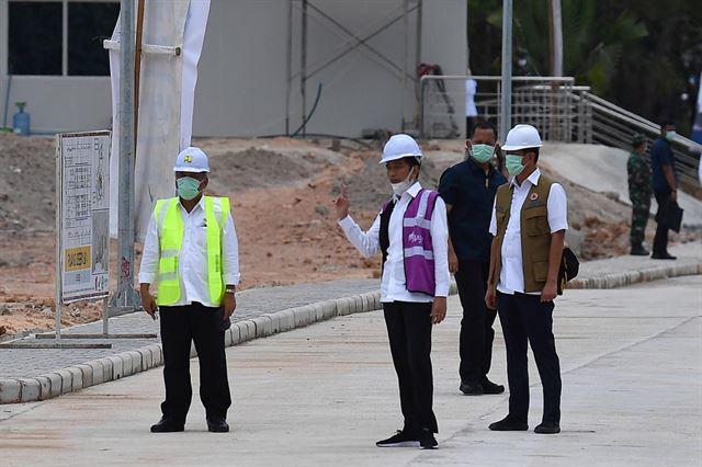 조코 위도도(가운데) 인도네시아 대통령이 1일 싱가포르 근처에 있는 갈랑섬을 방문해 코로나19 응급병원 현황을 살펴보고 있다. 안타라통신 캡처