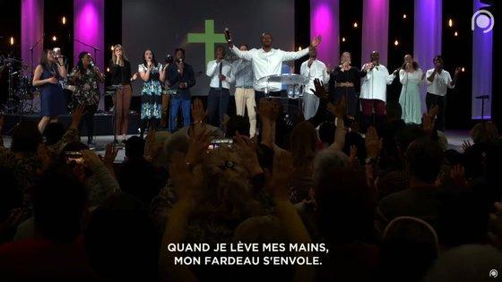 지난 2월 18일에 프랑스 뮐루즈시에 있는 '열린문교회'의 예배 모임에서 합창단과 신도들이 노래하고 있다. 5일간 진행한 특별행사엔 프랑스 전역에서 수천 명의 신도가 참석했다. [로이터=연합뉴스]