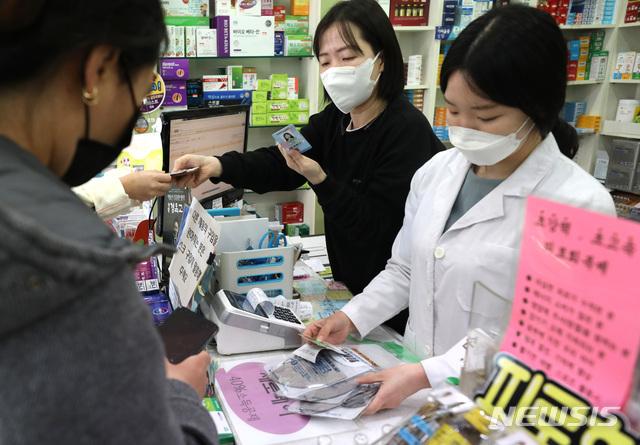 [서울=뉴시스] 전진환 기자 = 시민들이 지난달 21일 오후 서울 마포구의 한 약국에서 마스크를 구입하고 있다. 2020.03.21. amin2@newsis.com
