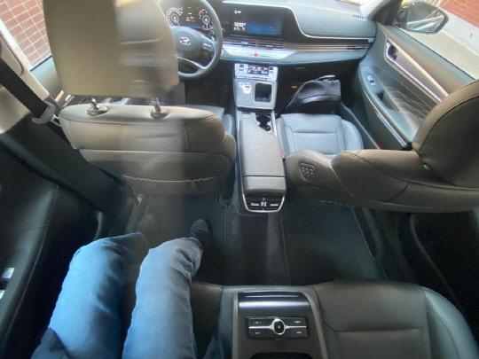 키 175㎝ 성인 남자가 뒷좌석에 앉아도 여유 있는 공간을 보여주는 현대자동차 그랜저 뒷좌석. <김양혁 기자>