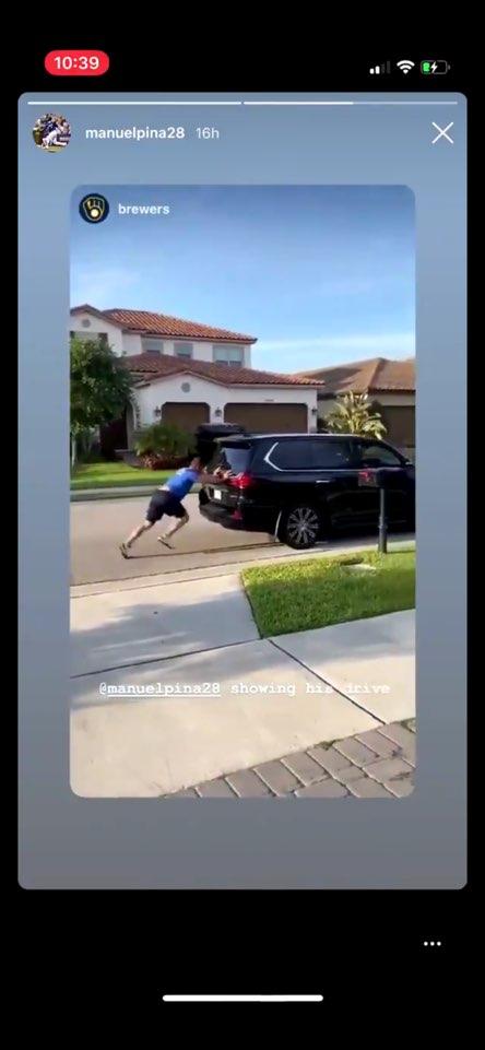밀워키 매니 피냐가 집 앞 도로에서 SUV 차량 밀기 훈련을 하는 장면   인스타그램 캡처
