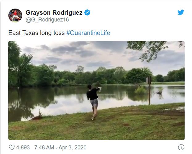 볼티모어 그레이슨 로드리게스가 잘 보이지도 않는 강 건너 친구에게 야구 공을 던지는 장면   트위터 캡처