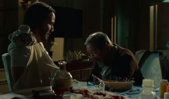 영화에서는 부상을 당하면 술로 소독을 하고 그 술을 마시기도 합니다. 술은 정말로 소독의 효과가 있을까요? [사진=영화 '존윅' 스크린샷]