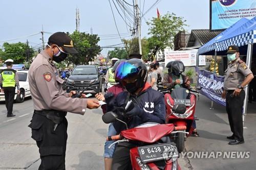 라마단 기간 이동 제한하는 인도네시아 경찰 [AFP=연합뉴스]