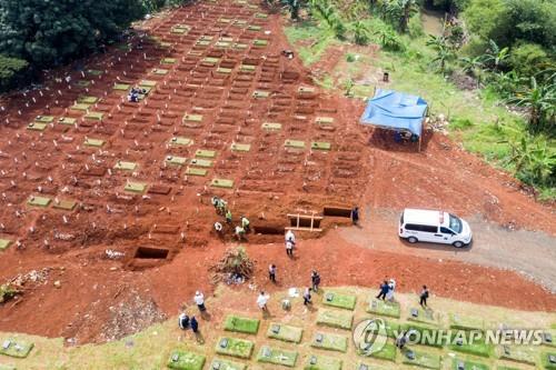 자카르타의 코로나19 환자 관련 묘지 [로이터=연합뉴스]