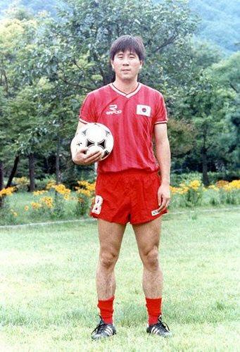 1990년 이탈리아 월드컵 직전 축구 대표팀 유니폼을 입고 포즈를 취한 故 정해원. 사진=대한축구협회