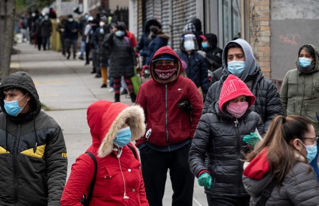 ▲ 코로나19 위기 속에 식량이 필요한 사람들이 뉴욕 의회 인근 식품유통센터에 줄 서 있다. ⓒAFP=연합