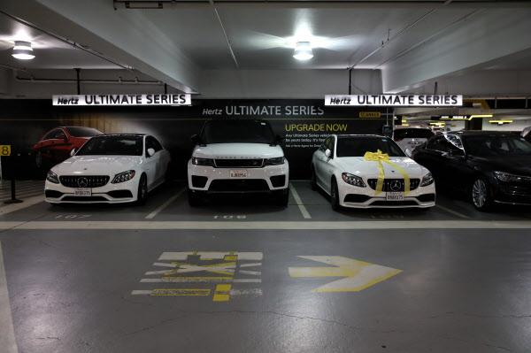 미국 샌프란시스코 국제공항 인근 주차장에 허츠렌터카 보유 차량이 주차돼 있는 모습. 여행 수요 급감으로 렌터카 영업에 큰 타격을 받은 것으로 알려졌다. /AFP 연합뉴스