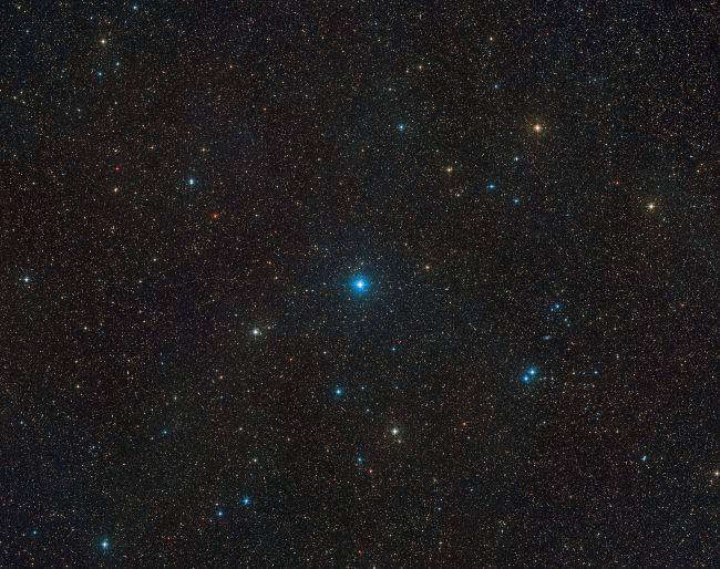 이 넓은 하늘 영역의 사진은 HR 6819가 위치한 망원경자리를 보여준다
