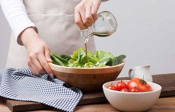 더위를 덜 타려면 적당히 짭짤하게 먹고, 채소나 과일 섭취를 늘리면 좋다. /사진=클립아트코리아