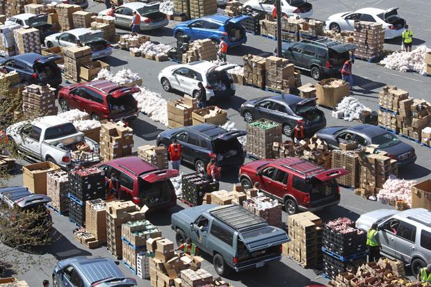 지난달 24일(현지시간) 미국 유타주 웨스트밸리시티에서 열린 '드라이브 스루 푸드 뱅크'에 식량을 배급받으려는 사람들이 줄을 길게 늘어섰다./사진=AP 연합뉴스