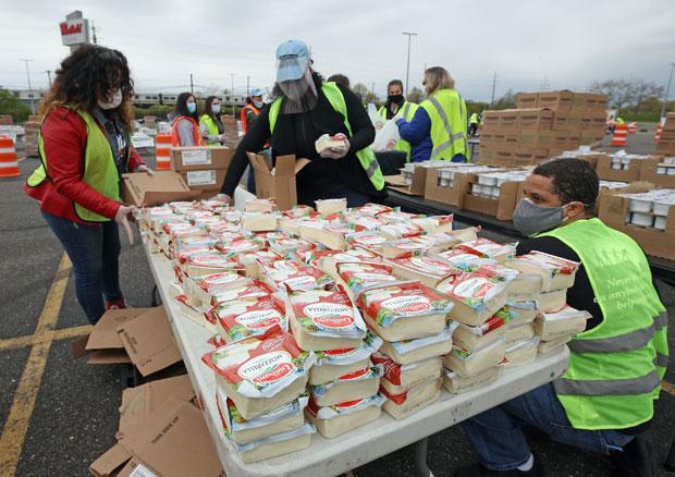 지난 8일(현지시간) 미국 뉴욕 동남부 매서피쿼 지역에 마련된 푸드 뱅크. 3000가구가 먹을 식량이 준비됐다./사진=AFP 연합뉴스