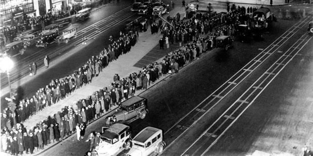 1929년 미국을 강타한 경제 대공황 당시 미국 뉴욕 타임스퀘어 인근에 식량 배급을 받기 위해 늘어선 사람들./사진=AP 인사이더